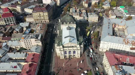 западный : Aerial view of Lviv opera and balet theatre in Lviv old city center. Ukraine, Europe Стоковые видеозаписи