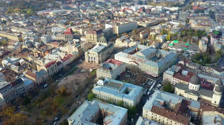 oszlopok : Aerial view of Lviv opera and balet theatre in Lviv old city center. Ukraine, Europe Stock mozgókép