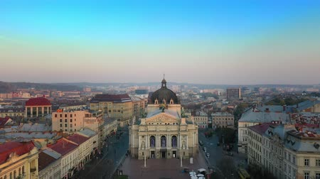 kolumna : Aerial view of Lviv opera and balet theatre in Lviv old city center. Ukraine, Europe Wideo