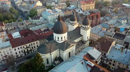 Aerial video of Church in central part of old city of Lviv, Ukraine Stok Video