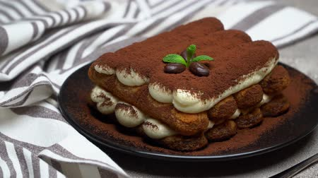 çatallar : Classic tiramisu dessert and savoiardi cookies on ceramic plate on concrete background