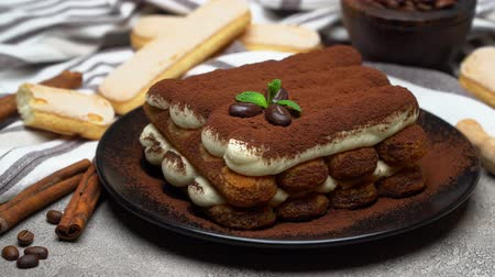 слоистых : Classic tiramisu dessert and savoiardi cookies on ceramic plate on concrete background
