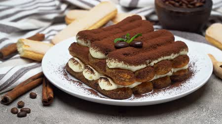 skořice : Classic tiramisu dessert and savoiardi cookies on ceramic plate on concrete background