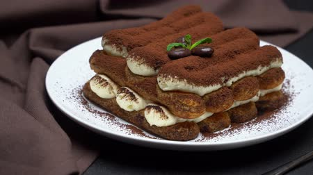 kávové zrno : Classic tiramisu dessert on ceramic plate on concrete background