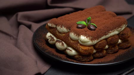handdoek : Classic tiramisu dessert on ceramic plate on concrete background