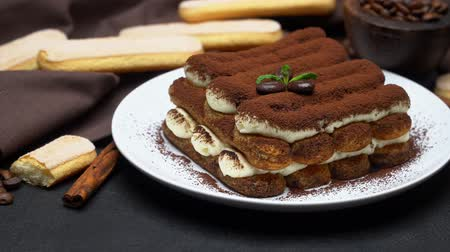 fincan tabağı : Classic tiramisu dessert on ceramic plate and savoiardi cookies on concrete background