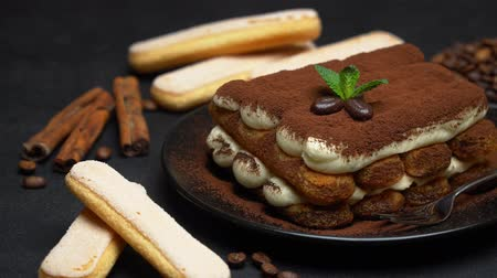 bolo de queijo : Classic tiramisu dessert on ceramic plate and savoiardi cookies on concrete background