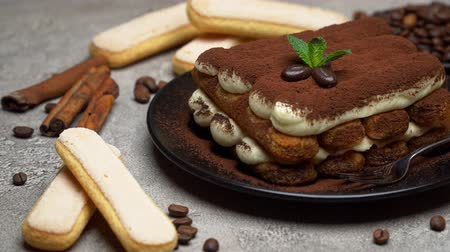 handdoek : Classic tiramisu dessert on ceramic plate and savoiardi cookies on concrete background