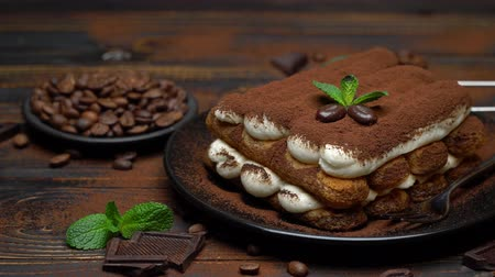 çatallar : Classic tiramisu dessert on ceramic plate on wooden background
