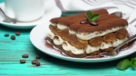 çatallar : portion of Classic tiramisu dessert, cup of coffee and milk or cream on wooden background