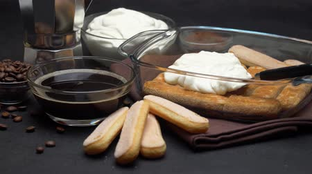 łyżka : Italian Savoiardi ladyfingers Biscuits and cream in baking dish, coffe maker on concrete background