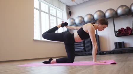 растягивание : 4x slow motion video of Beautiful young woman working out and stretching indoors