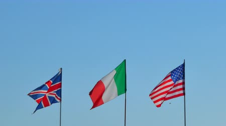 üfleme : English, US and US flags waving in the blue sky