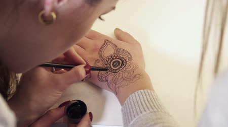 zanaat : Closeup of the mehendi creation process with a brush