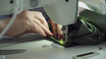 parecer : Closeup of womans hands sewing with the sewing machine Vídeos