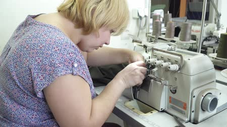 parecer : Blonde woman working on the clothing factory Vídeos