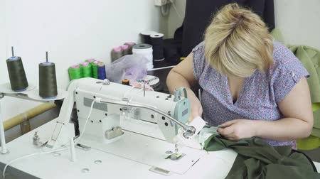 parecer : Woman creating clothes on the clothing factory with sewing machine Vídeos