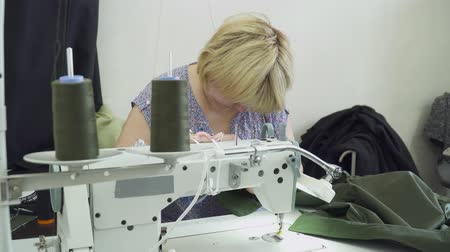 parecer : Woman creating dress on the clothing factory with sewing machine Vídeos