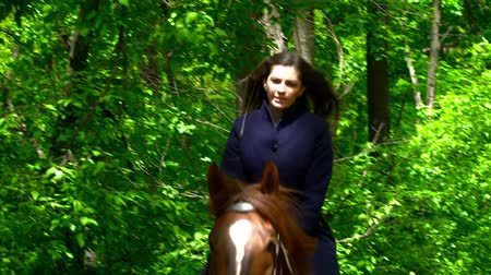 koňmo : Young brunette woman running on a horse in the forest