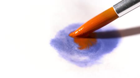 pędzel : Closeup of paint brush with a blue and orange watercolor slow motion
