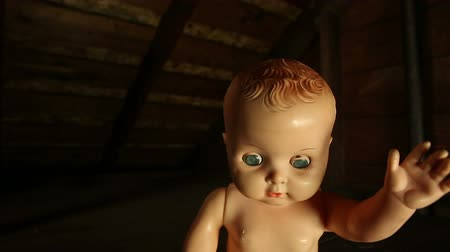 долл : Baby Doll Attack. an abandoned baby doll is sitting in the corner. camera dollies right to the baby. then jump cuts to the baby coming at the camera. spooky. great inter cuts for halloween imagery