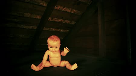 geniş açılı : Creepy Baby Doll Attack Footage. an abandoned baby doll is sitting in the corner. camera dollies right to the baby. then jump cuts to the baby coming at the camera. spooky. great inter cuts for halloween imagery. bad film gate, vignette, styled and scratc