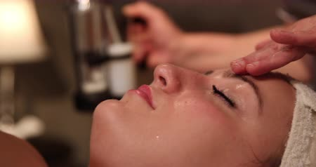 skóra : Facial Mist Close Up Dolly Right. camera moves right as spa employee uses misting machine to clean skin of client. close up. Wideo