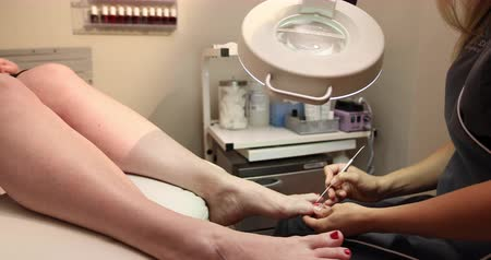 faíscas : Toe Pedicure Dolly. camera moves right as spa client recives a pedicure on her foot by employee. Stock Footage