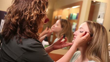 skóra : Beautician Applying Eyeliner. 2 Shots A Beautician applies eyeliner with 2 different make up accessories.
