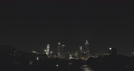 mroczne : Atlanta City Skyline at Night Low with Sky. shot from the Jackson Street Bridge, shows Atlanta City Skyline at Night with the Cityscape low in the frame and the night sky high above.