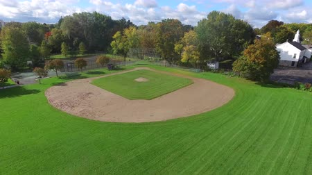 juventude : Little League Baseball Field Aerial Rise. a youth sized empty baseball field aerial video rising shot in a neighborhood park. Vídeos