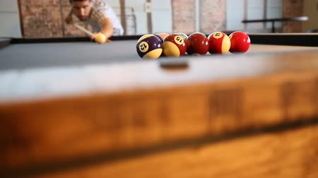 pausa : Pool Table Break to Start Game. Two shots. Camera rises up on close up of billiard table and player is brushing the felt in preparation for the break then second shot is player starting game with break