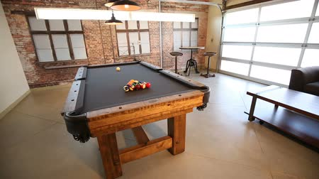 poolbiljart : Reveal Modern Billiard Room Tilt Up. camera stijgt tot biljarttafel te openbaren in de moderne industriële recreatiezaal Stockvideo