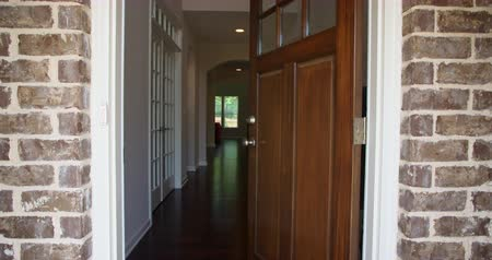 přední : Front Home Entrance Door Open Rise Up. rising shot of the front entrance as the door opens to reveal the hallway of a modern residential home