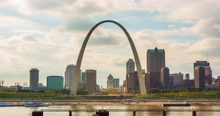 porta de entrada : St. Louis Arch and Skyline from Across the Water Time-lapse. a time-lapse of the St. Louis Skyline during the day with the famous arch in the center