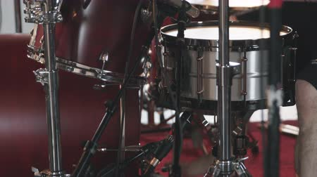 bicí nástroje : Close Up Drums Played Tilt Down. close up shot of cymbals, drums, and pedals as camera tilts down