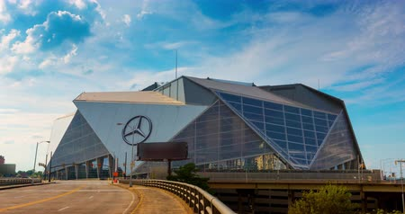 ATLANTA, GA - 29. September 2018: Mercedes-Benz Stadium am 29. September 2018 in Atlanta. Das Mercedes-Benz Stadium ist die Heimat des Atlanta Falcons NFL-Teams und wird 2019 den Super Bowl LIII ausrichten Videos