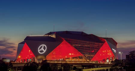 ATLANTA, GA - 29. September 2018: Mercedes-Benz Stadium am 29. September 2018 in Atlanta. Das Mercedes-Benz-Stadion ist die Heimat des Atlanta Falcons NFL-Teams und verfügt über ein einzigartiges achtwandiges Dach Videos