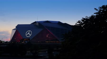 ATLANTA, GA - 29. September 2018: Mercedes-Benz Stadium am 29. September 2018 in Atlanta. Das Mercedes-Benz-Stadion ist die Heimat des Atlanta Falcons NFL-Teams und hält den Rekord für das größte Halo-Board der Welt.