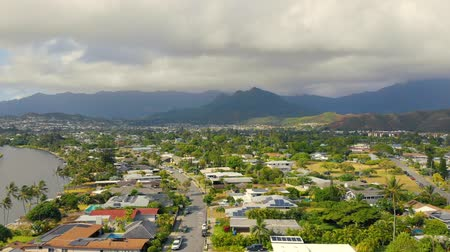 Оаху : Aerial Residential Fly Toward Mountain Range. aerial view flying toward mountains in Hawaii