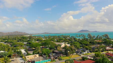 bílé mraky : Aerial Rising on Kailua Beach in Hawaii. aerial view moving up over a neighborhood in Hawaii looking out at Kailua Beach Dostupné videozáznamy