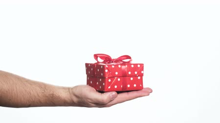 подарок : man holding red gift box in his palm Стоковые видеозаписи