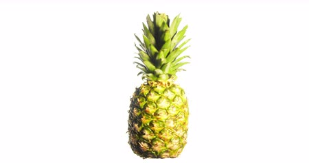 rotação : Pineapple Spinning on White Background