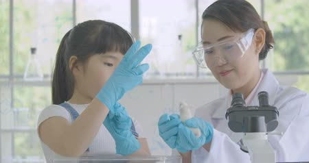 krysa : Little Asian student girl learning about laboratory rat in science experiment laboratory class.