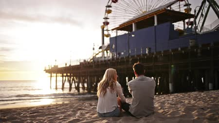 ülő : romantic couple watching sunset at santa monica