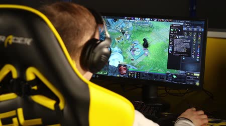 eğlence oyunları : KIYV, UKRAINE - February 12: Gamer playing in Dota-2 on Na`Vi teams bootcamp.