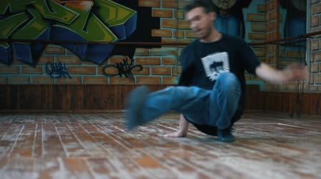 kötü : Young man dancing breakdance in training class Stok Video