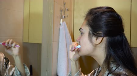escovação : Girl brushing teeth in the bathroom Vídeos