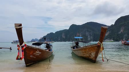 туристическим направлением : Longboats on Phi Phi Island Thailand - Holiday Travel Destination.