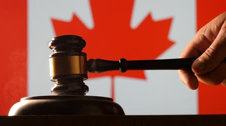autoridade : Judge calling order with hammer and gavel in canadian court with flag background